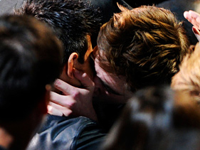 robert pattinson kisses taylor lautner